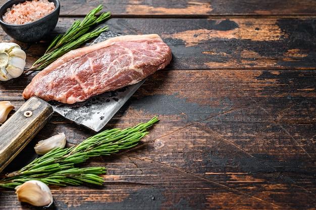 Picanha cruda o bistec con tapa de solomillo en un cuchillo de carnicero.