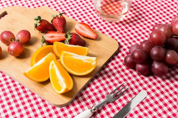 Picnic de alto ángulo con primer plano de deliciosas frutas