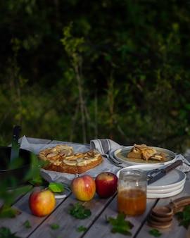 Picnic en el parque con tarta de manzana casera