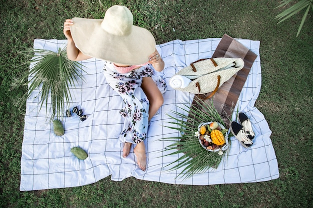 Picnic de verano, niña con un plato de frutas