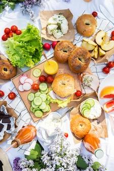 Picnic de verano con panecillos, verduras y frutas. vista superior. estilo de vida saludable