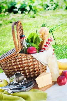 Picnic wattled cesta ajuste comida bebida horario de verano