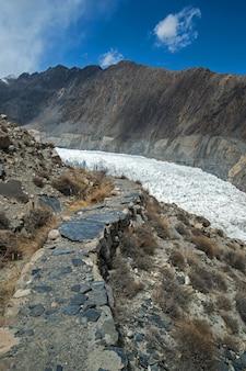 Pico de la montaña en el camino al glaciar passu, hunza valley, norther