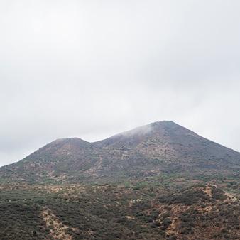 Pico de montaña en un día nublado