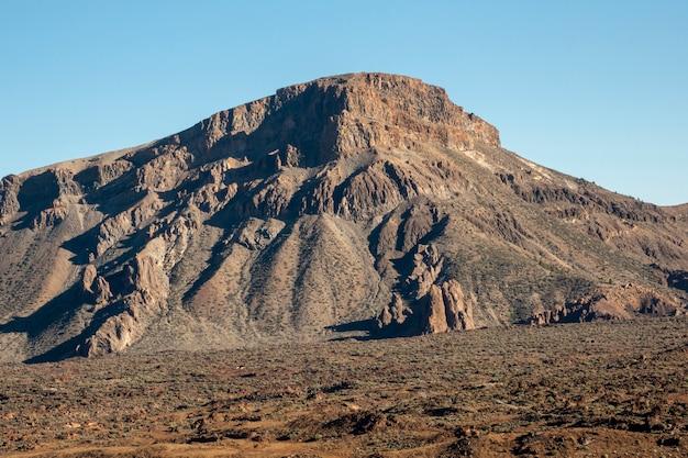 Pico de la montaña solitaria con cielo despejado en el fondo