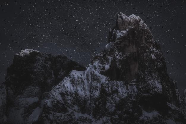 Picos de montaña durante la noche