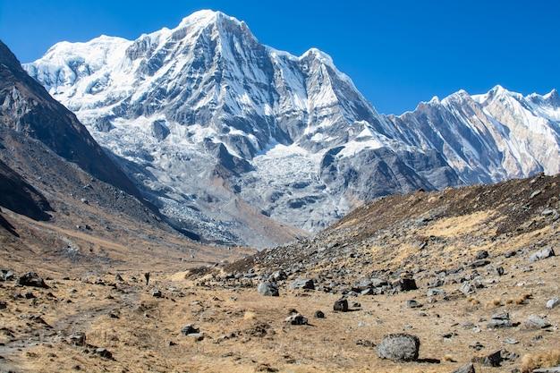 Picos de montañas con arroyo en himalaya, napal