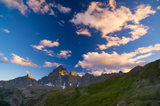 Picos de las montañas rocosas en los alpes al atardecer. italia.