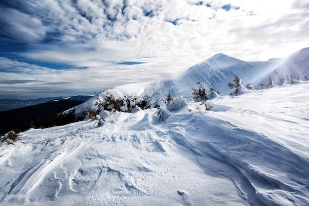 Picos nevados de montaña con nieve en textura