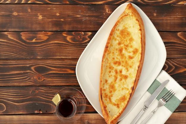 Pide pan horneado turco sobre mesa de madera