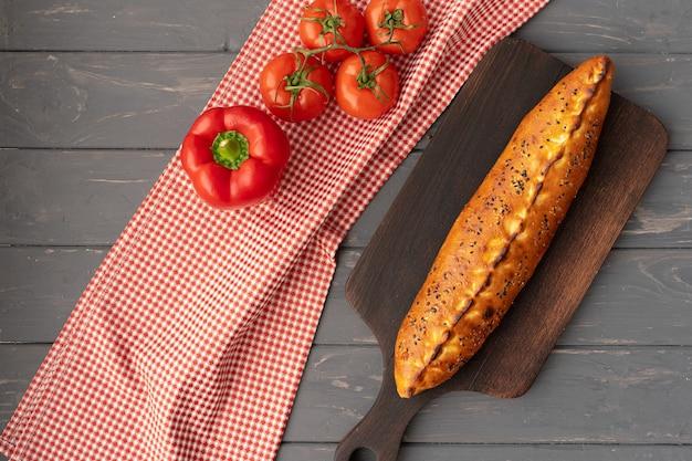 Pide pan plano relleno turco en mesa de madera gris