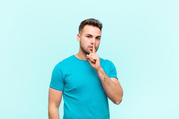 Pidiendo silencio y silencio, gesticulando con el dedo frente a la boca, diciendo shh o guardando un secreto