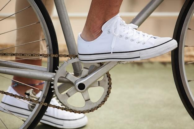 Pie en el pedal antes de comenzar a pedalear