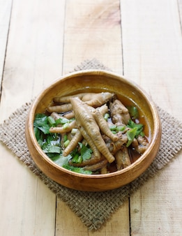 Pie de pollo al vapor y champiñones chinos