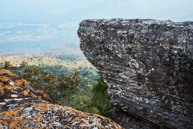 De pie vacío en la cima de una vista a la montaña.