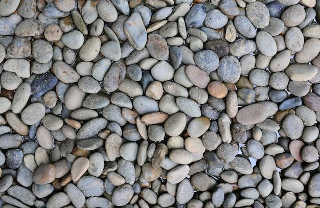 Piedra de gravilla en agua.