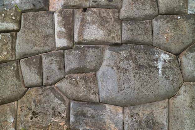 Piedra impresionante de la antigua muralla inca en el sitio arqueológico de sacsayhuaman