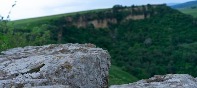 Piedra de la montaña en la roca