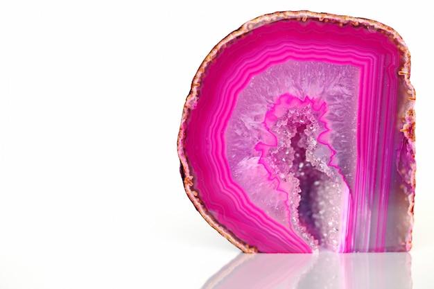 Piedra rosa ágata seccional sobre un fondo blanco