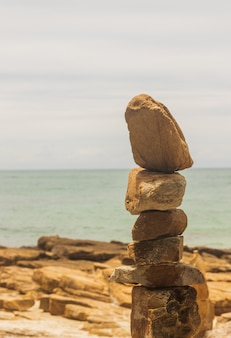 Piedra superpuesta a un hermoso arte conceptual costero tropical.