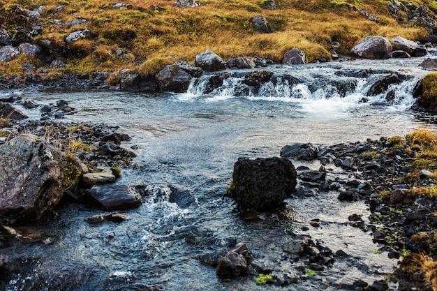 Piedras y agua