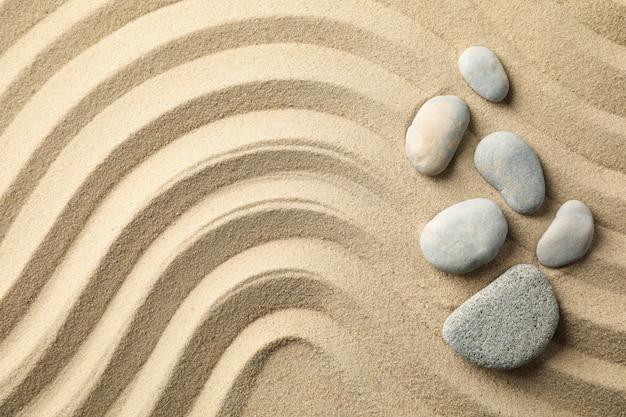 Piedras en la arena con patrones. concepto zen