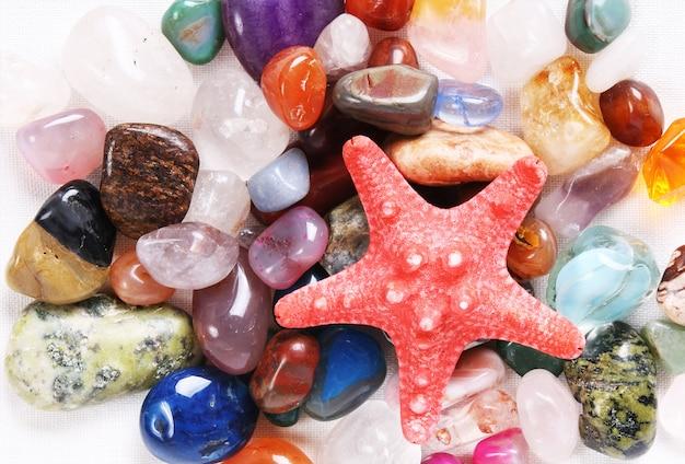 Piedras de colores naturales y estrellas de mar