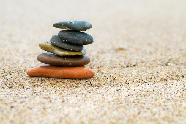Piedras en equilibrio en un playa de arena