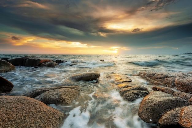 Piedras en el mar al atardecer