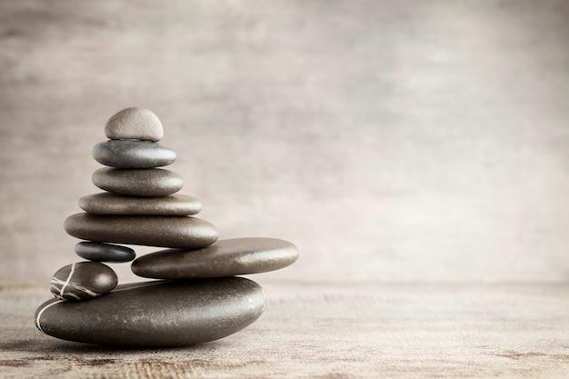 Piedras de masaje puestas en forma de pirámide.