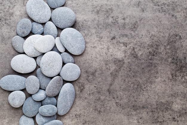 Piedras de masaje spa sobre fondo gris