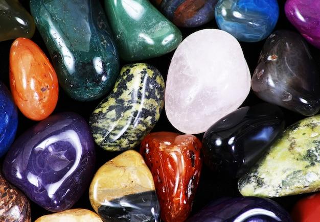 Piedras naturales de diferentes formas y colores.