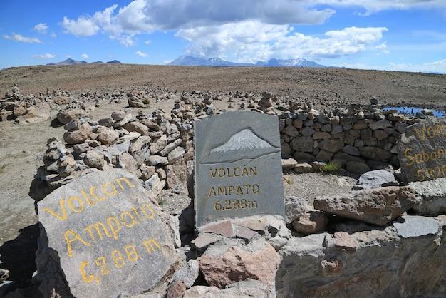 Piedras pintadas que muestran las direcciones de los volcanes circundantes, el punto de vista a lo largo del paso pata pampa, arequipa, perú