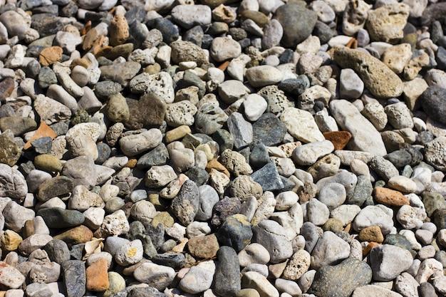 Piedras en la playa en el mar mediterráneo