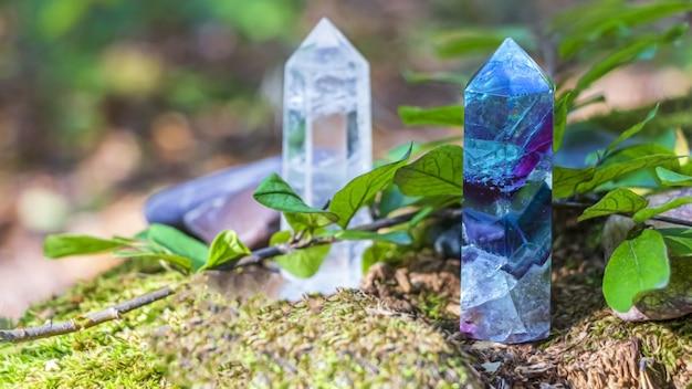 Piedras preciosas fluorita, cristal de cuarzo y varias piedras.