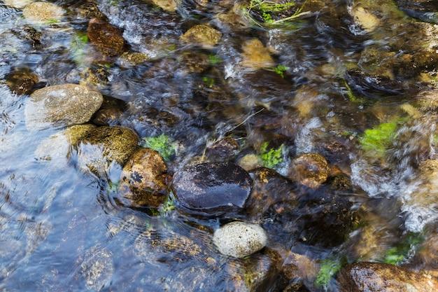 Piedras redondas en el fondo del río