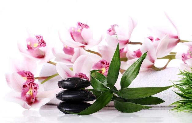 Piedras de spa y hermosa orquídea