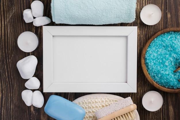Piedras de spa con sal de terapia sobre la mesa