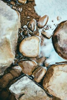 Piedras y textura de agua de río
