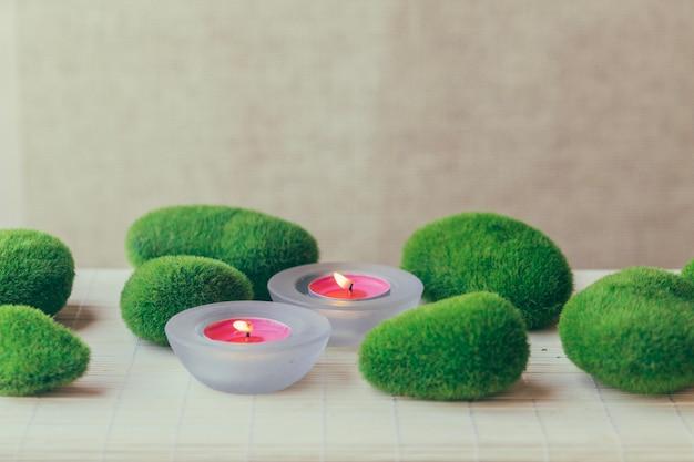 Piedras y velas con musgo