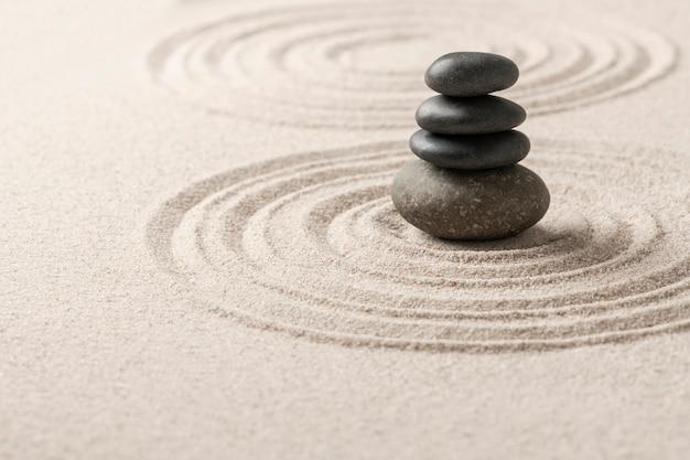Piedras zen apiladas fondo de arena arte del concepto de equilibrio