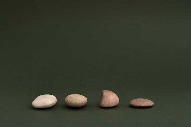 Piedras zen apiladas sobre fondo verde en concepto de salud y bienestar