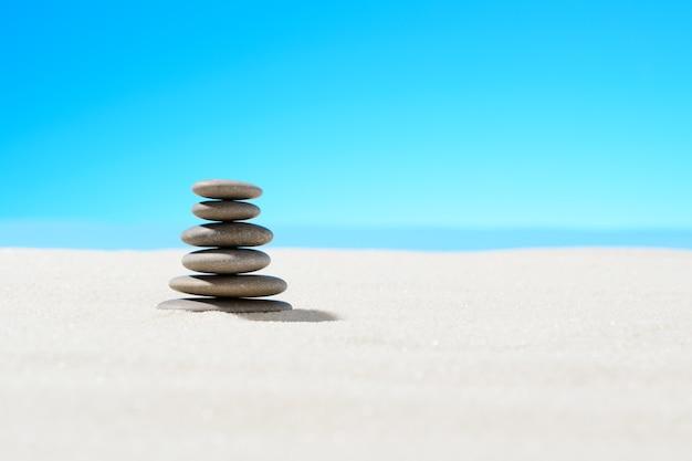 Piedras zen en la playa de arena