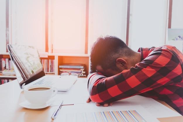 Piensa en el análisis en el trabajo. el hombre de negocios asiático joven está trabajando en la presión en la oficina brillante.