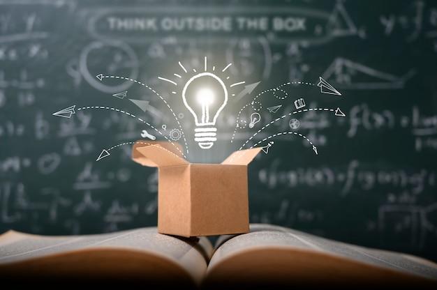 Piensa fuera de la caja en la pizarra verde de la escuela