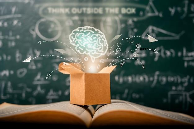 Piense fuera de la caja en la pizarra verde de la escuela. educación de inicio. idea creativa. liderazgo.