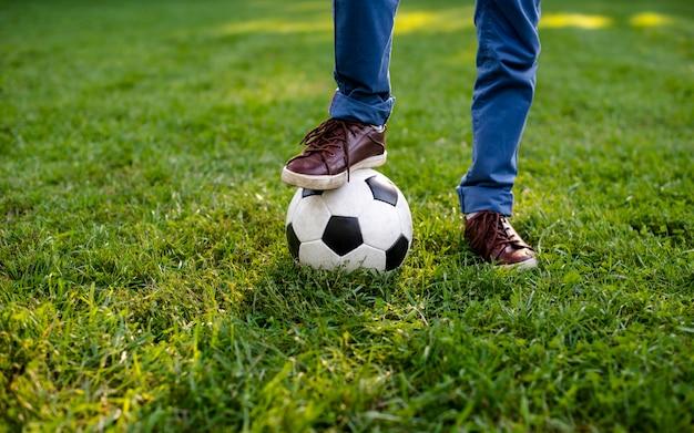 Pierna de ángulo alto en la pelota de fútbol