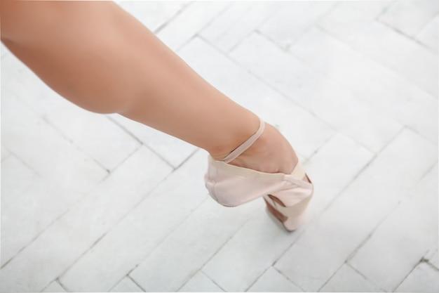 Pierna de una bailarina en blanco