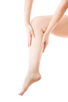 Pierna y manos femeninas hermosas aisladas. masaje de pies