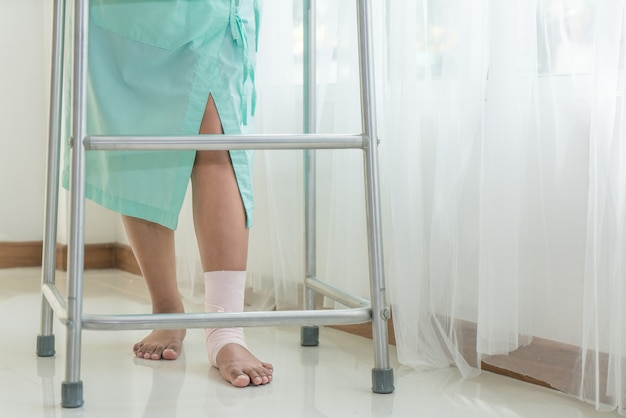 Pierna de la mujer rota, férula para el tratamiento de lesiones por fracturas de huesos en el hospital.